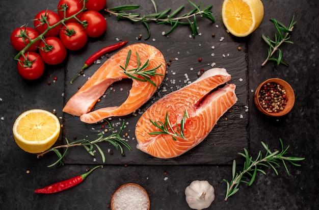 Bistecca di salmone crudo con spezie su un tavolo di pietra