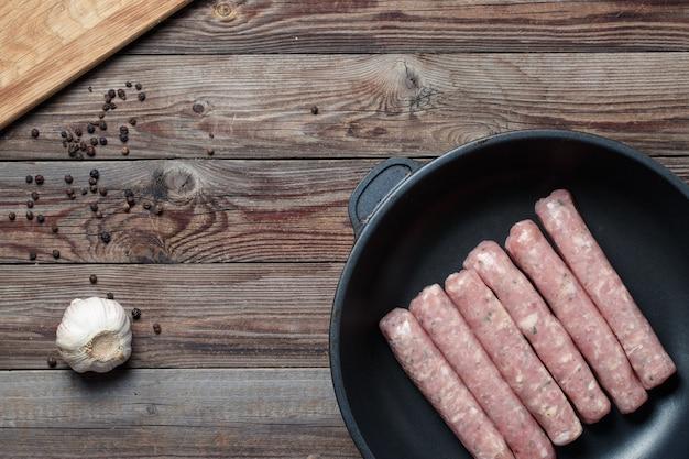 Salsicce crude in padella