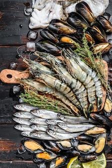 Pesce crudo di gamberi tigre, gamberetti, cozze blu, polpi, sarde, odore.