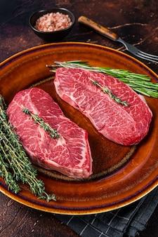 Raw shoulder top blade cut, o bistecca di manzo con lama di ostriche wagyu dell'australia. vista dall'alto