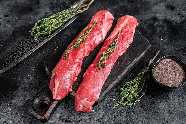 Bistecca di carne di manzo machete gonna cruda su un tagliere con coltello