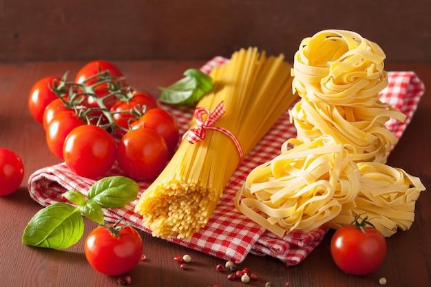 Pomodori crudi del basilico della pasta degli spaghetti. cucina italiana in cucina rustica