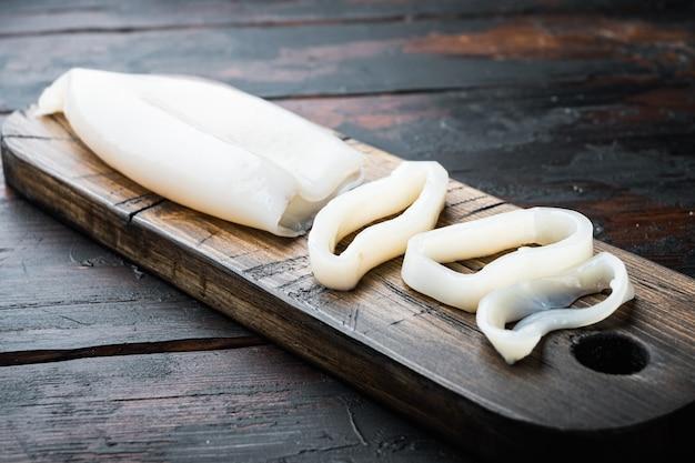 Calamaro crudo affettato come anelli sul tagliere
