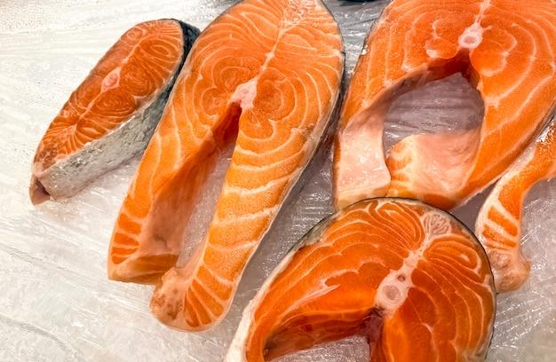 Bistecche crude di pesce rosso su ghiaccio. vista dall'alto