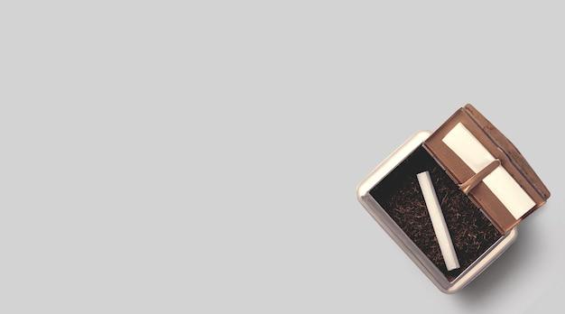 Tabacco grezzo in una scatola su sfondo bianco.vista dall'alto