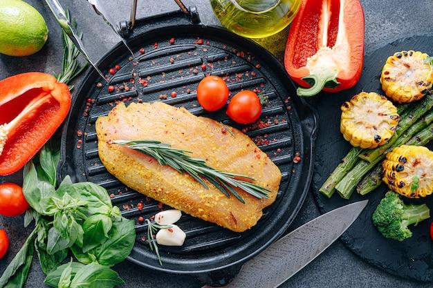 Filetto di tacchino crudo con spezie e olio d'oliva, pronto da grigliare
