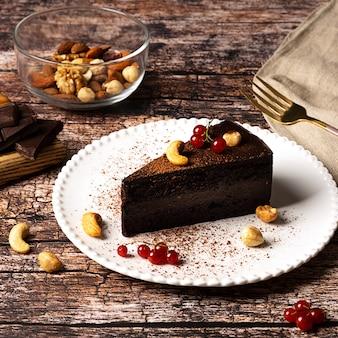 Torta al cioccolato vegana cruda su sfondo vintage scuro