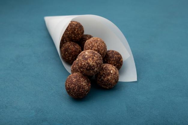 Dolci vegani crudi, palline energetiche con frutta secca, cocco e polvere di carruba