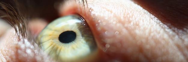 Raggio di luce cade sull'occhio umano