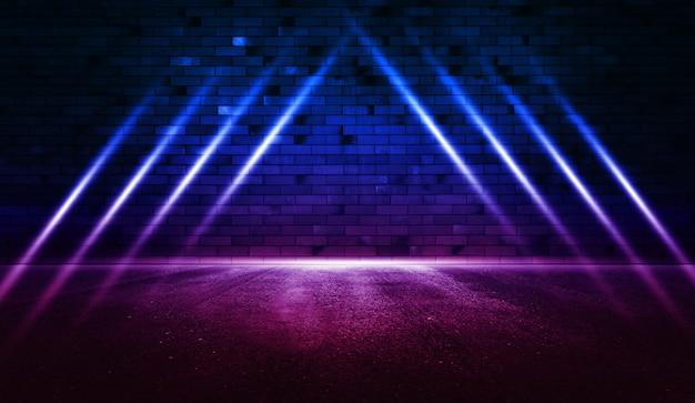 Raggi di luce al neon sul muro di mattoni al neon con asfalto bagnato scena vuota copia spazio