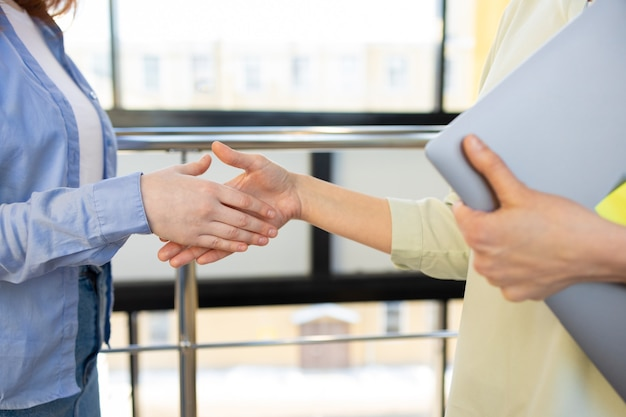 Raggiunto un accordo stipulato un contratto effettuato un acquisto o vendita di beni immobili