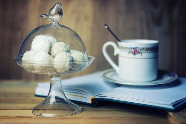 Libro di lettura con fiore di tè e dolce