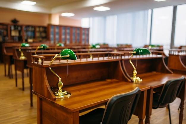 Sala di lettura, file di tavoli nella biblioteca universitaria, nessuno. deposito di conoscenza, concetto di educazione