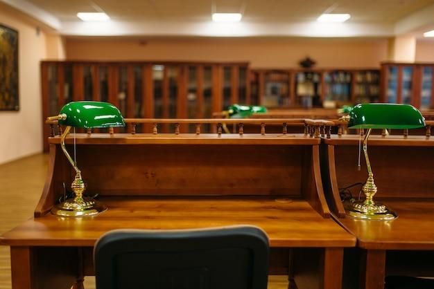 Sala lettura, file di tavoli nella biblioteca universitaria