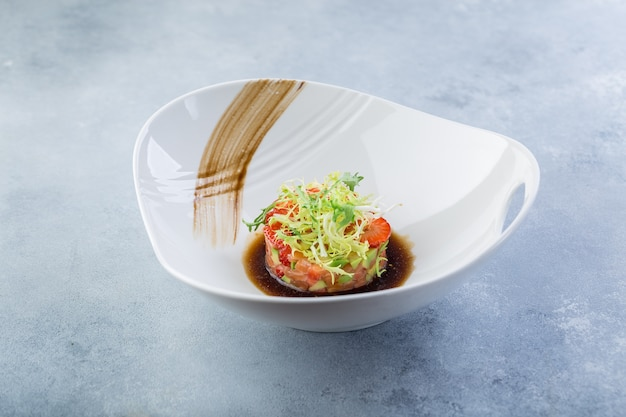 Piatto pronto su una tartare di pesce crudo piatto bianco dallo chef