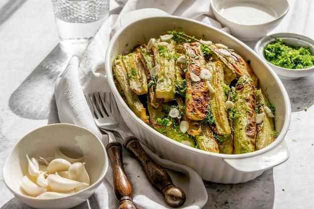 Zucchine grigliate pronte da mangiare, appetitose gustose estive