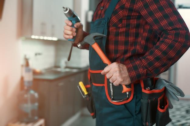 Pronto a risolverlo, l'uomo risolve i problemi domestici