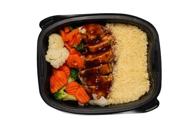 Cibo pronto in un contenitore. pollo stufato in salsa teriyaki, carota stufata, cavolo cappuccio e porridge. isolato su una superficie bianca.