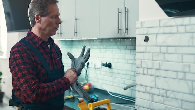 Pronto ad aiutare l'uomo a risolvere piccoli problemi domestici
