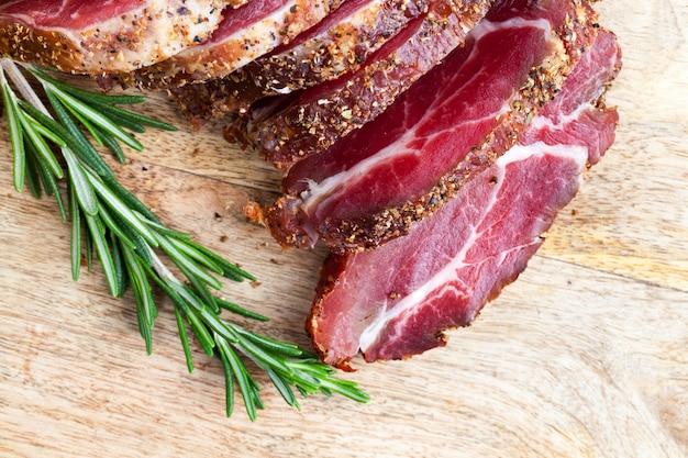 Prodotti pronti e preparati in fabbrica a base di carne, maiale e primo piano di prodotti alimentari di manzo
