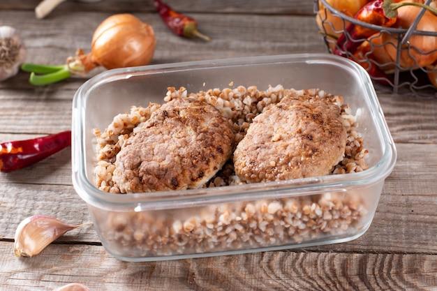 Pasti pronti. cotolette e grano saraceno in un contenitore pronto per il congelamento