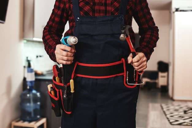 Pronto a lavorare foto ritagliata delle mani dei riparatori con attrezzature speciali