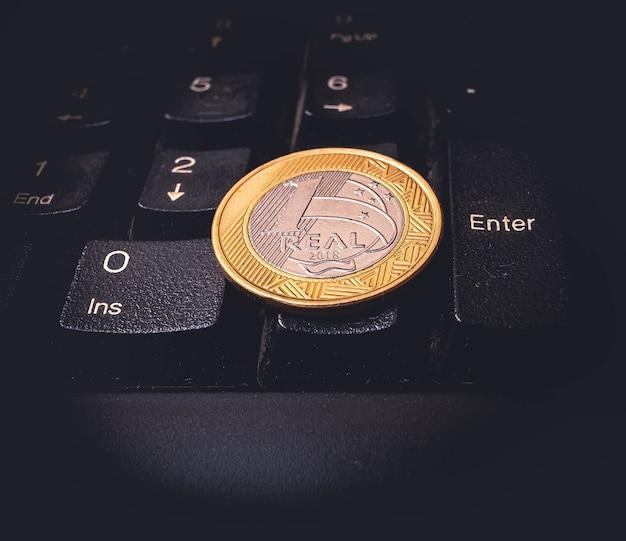 Una vera moneta da 1 sulla tastiera di un computer