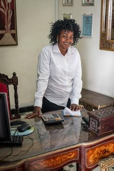Vera donna d'affari nera africana autentica in ufficio