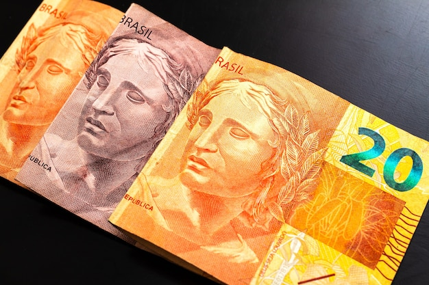 Real brl denaro brasiliano banconote isolate su superficie scura