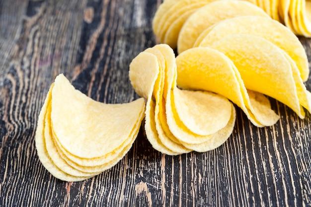 Vere patatine croccanti pronte da mangiare, close-up di cibi malsani, purè di patate