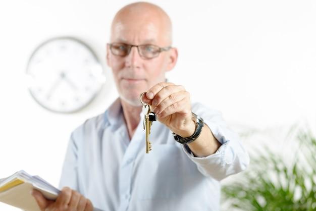 Un agente immobiliare consegna le chiavi di casa