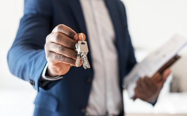 Agente immobiliare consegnando la chiave di casa