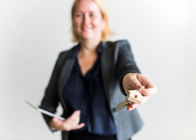Agente immobiliare che consegna le chiavi