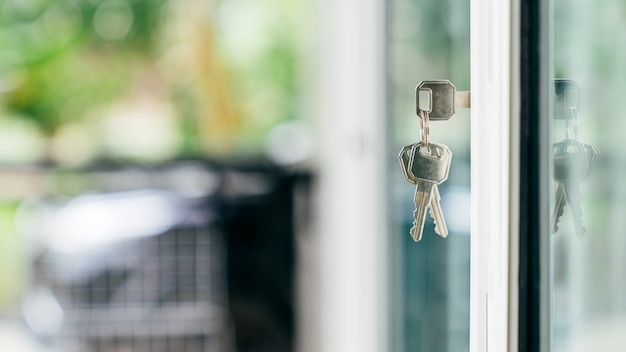 Agente immobiliare offre casa, assicurazione sulla proprietà e sicurezza