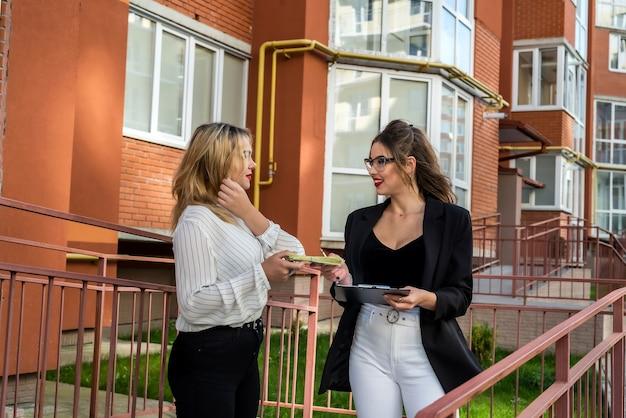 L'agente immobiliare presenta una nuova casa al nuovo proprietario. concetto di vendita