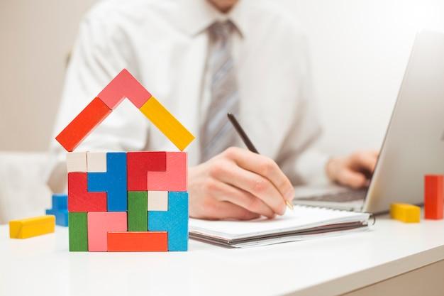 Un agente immobiliare firma un contratto per l'acquisto o l'ipoteca di una casa.