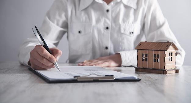 Agente immobiliare che lavora in ufficio. concetto di bene immobile