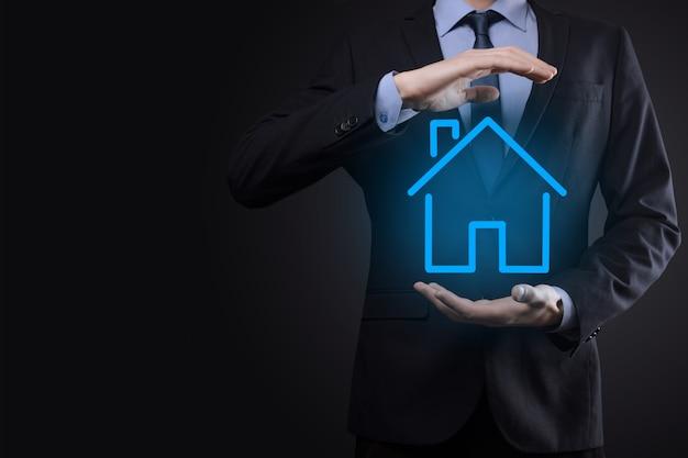 Immobiliare, concetto, uomo affari, presa a terra, uno, casa, icon., casa, su, hand., proprietà, assicurazione, e, sicurezza, concept. proteggere il gesto dell'uomo e il simbolo della casa.