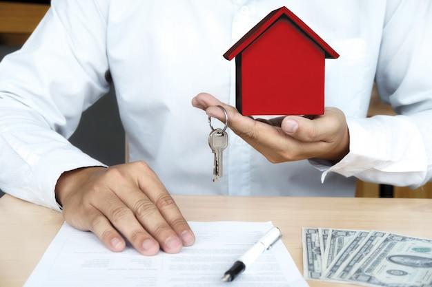 Immobile in vendita e assicurazione concetto