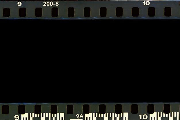 Scansione della striscia di bordo della pellicola reale e vecchia cornice di trama e spazio nero isolato.