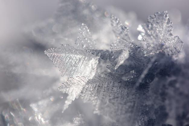 Cristalli di ghiaccio congelati reali in diverse formazioni, sfondo invernale.