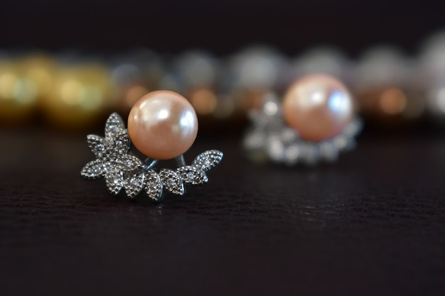 Vere perle selezionate, bel colore, adagiate a terra, con riflesso