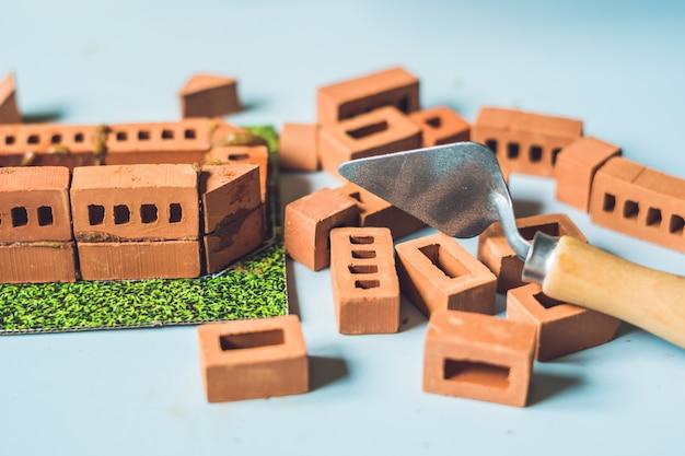 Veri piccoli mattoni di argilla a tavola