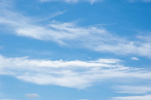 Real soft textured nuvole piumate sullo sfondo del cielo blu. in una giornata estiva, soffici nuvole di varie forme e dimensioni fluttuano lentamente nel cielo azzurro.