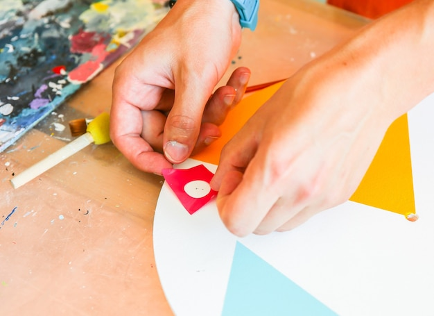 Vero studio di lavoro del pittore. l'uomo sta creando un'immagine. concetto di artista. atmosfera creativa. pennelli.