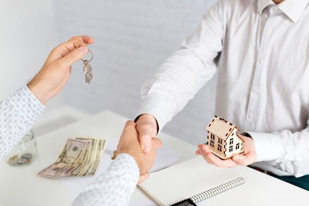 Handshaking di agente immobiliare con client irriconoscibile