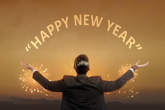 Vista posteriore dell'uomo d'affari asiatico pronto per il 2021. felice anno nuovo 2021