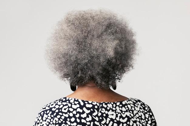 Vista posteriore di una donna anziana nera con capelli afro