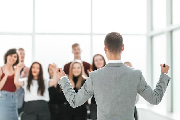 Retrovisore. uomo d'affari guardando un gruppo di giovani diversi
