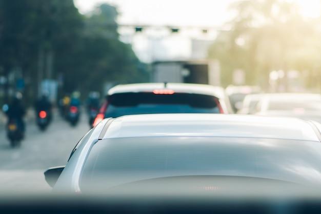Vista posteriore di un'auto parcheggiata in un ingorgo